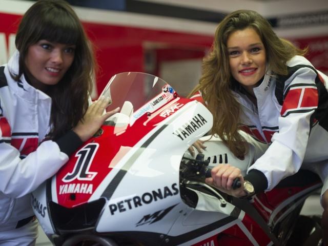 Yamaha-Moto-GP-Girls (motorcyclehdwallpaper.com)