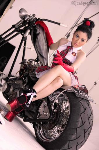 girl Vicky Shu Sedang Naik Motor- Chordpoprock