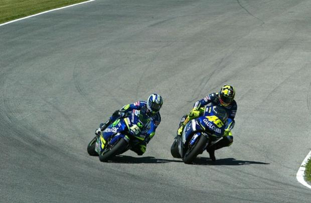 Gibernau and Rossi, senggolan last corner  ,  MotoGP Spanyol , 2005