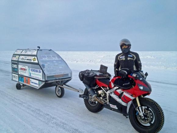 Sjaak-Lucassen-Around-the-World-at-his-Yamaha-R1-massive-baggage snow